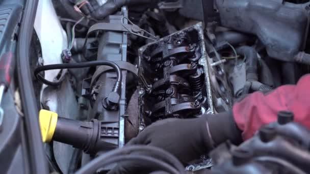 Špinavé ventily a vačková hřídel motoru