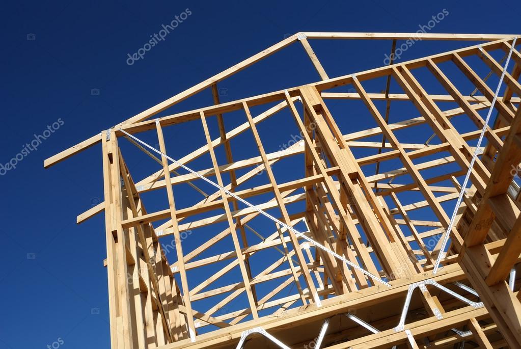 encuadre casa de nueva construcción contra el cielo azul — Foto de ...