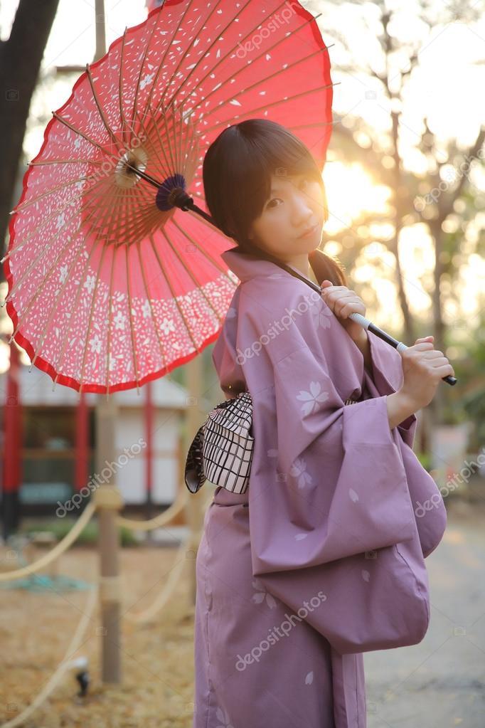 3a9cca0af589 Το κορίτσι με το ιαπωνικό yukata — Φωτογραφία Αρχείου © piyato  68402887