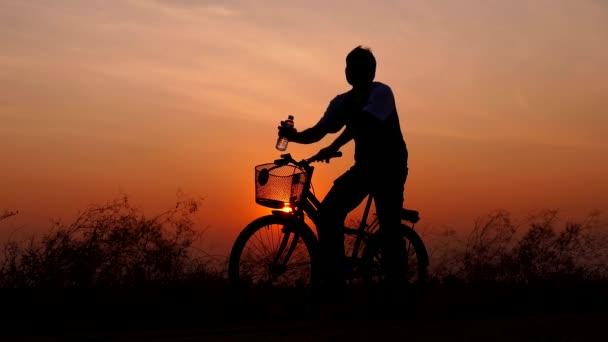 Muž byl pitné vody při dychtivě po jízdě na kole.