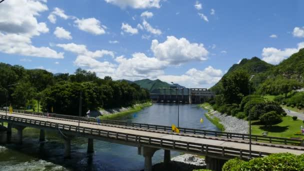 Caminhão ficou submerso após ponte ceder em rodovia de MT (Foto:  Divulgação/Prefeitura