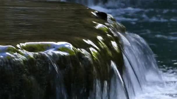 Wasserfall im tropischen Regenwald