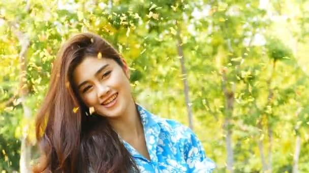 Fiatal nő szépségét nyári.