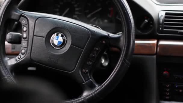 Chernigov, Ukrajina - 6. ledna 2021: Staré auto BMW řady 7 (E38). Pohled na interiér moderního automobilu zobrazujícího palubní desku