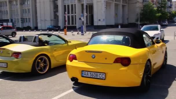 Kyjev, Ukrajina - 22. května 2021: Vícebarevné vozy BMW Z4 zaparkované ve městě. BMW Roadster Car