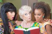 Neugierige Frauen beim gemeinsamen Lesen