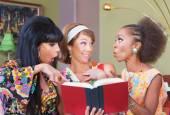 glückliche Frauen beim Lesen