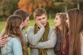 zmatený teen s přáteli