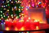Květiny s hořící svíčky