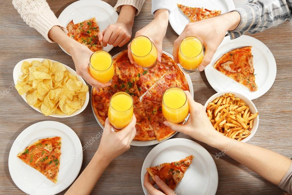 Party mit heißen Pizza und Getränke — Stockfoto © belchonock #100441186