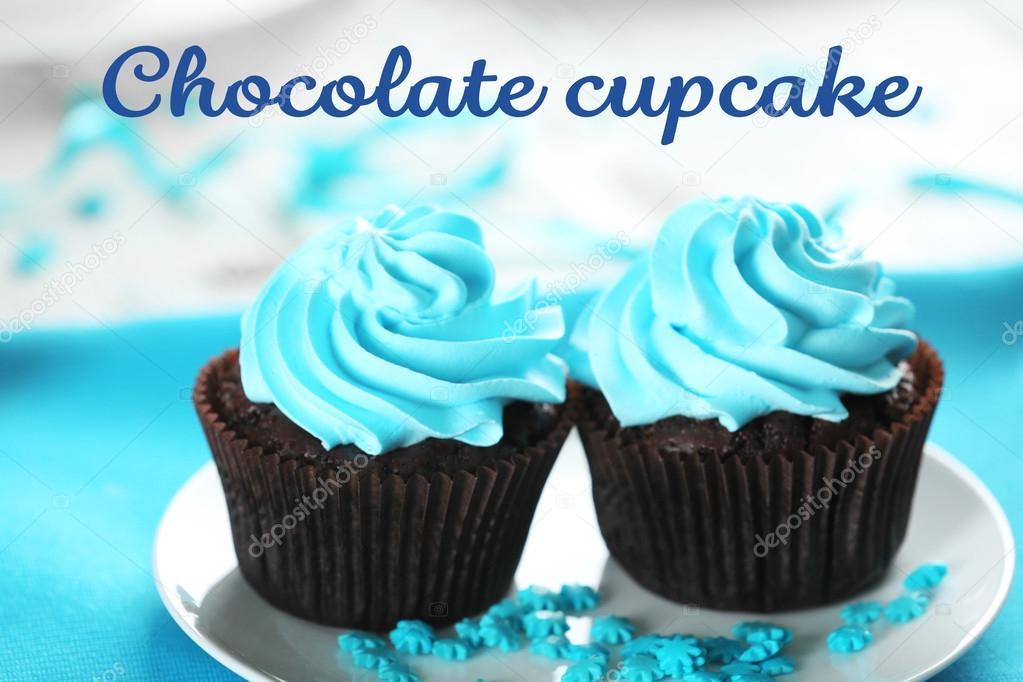 Deliciosos Bolinhos De Chocolate Com Creme Azul Na Mesa De Madeira