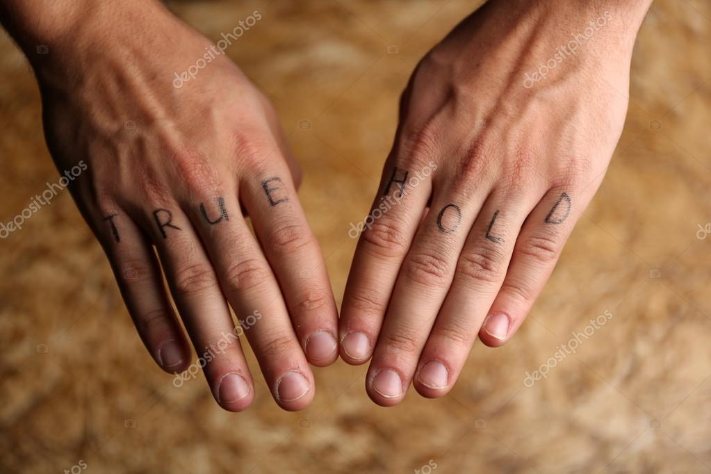 Tatuaż Napisy Na Męskie Palce Zdjęcie Stockowe