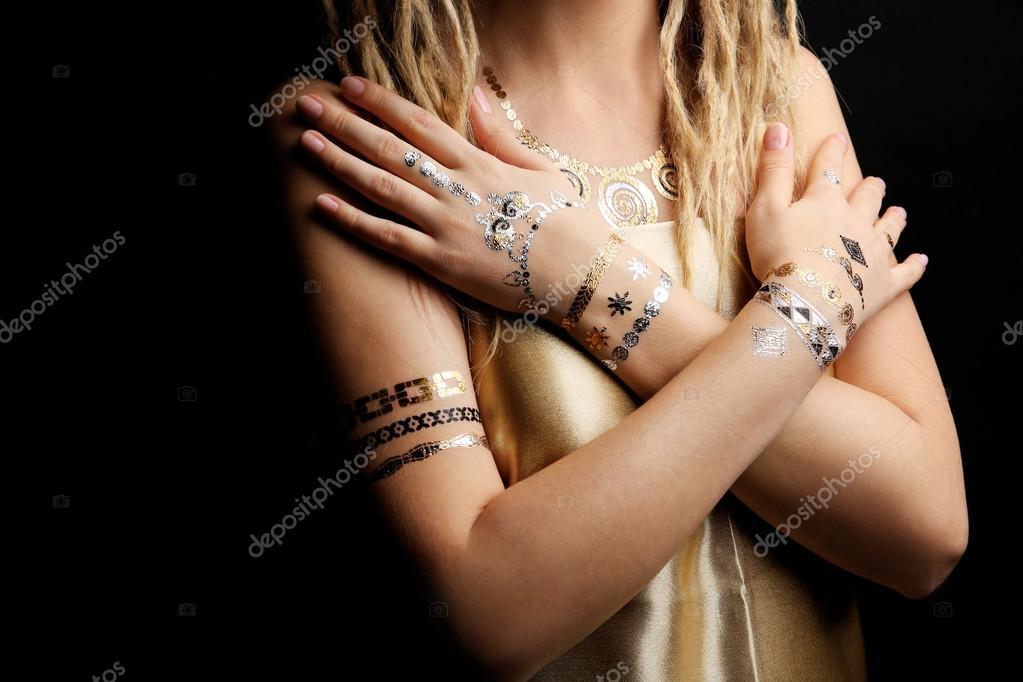Fondo Tatuaje Sobre Negro Joven Rubia Con Tatuaje Flash De Oro Y
