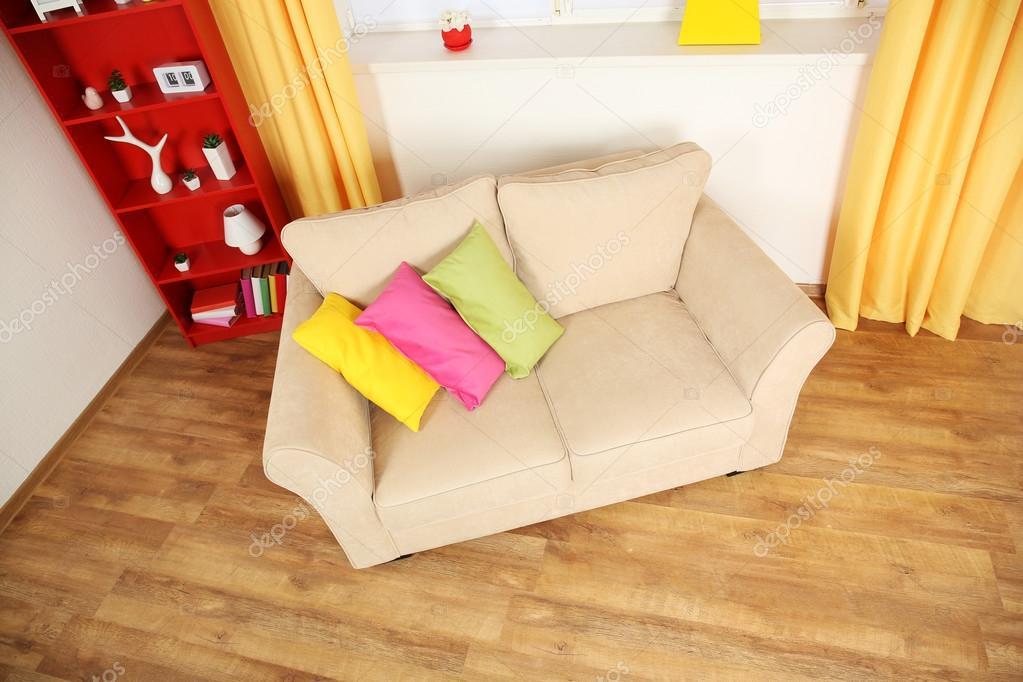Tappeto Salotto Verde : Interno moderno salotto con sofà beige e tappeto verde piccolo