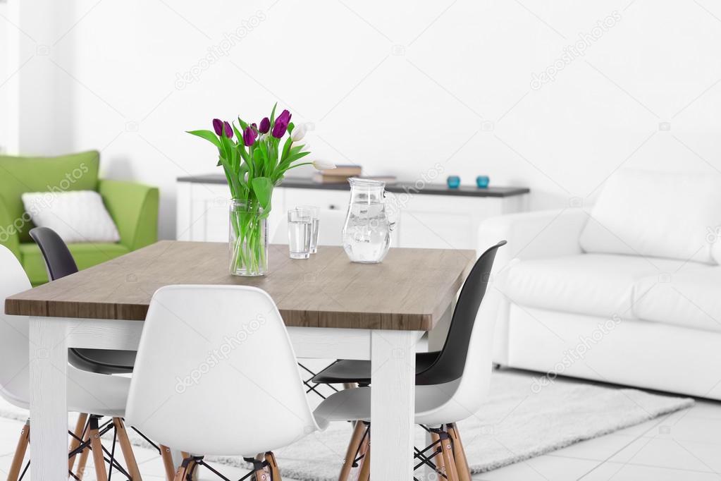 Moderno salotto con tavolo e sedie — Foto Stock © belchonock #101671084