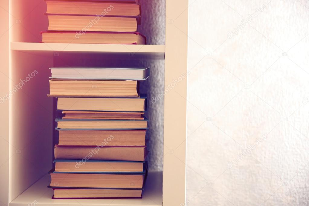 pile de livres sur tag re photographie belchonock 102117364. Black Bedroom Furniture Sets. Home Design Ideas