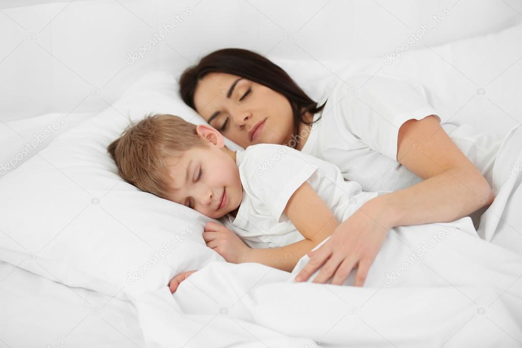 Мама и сын спит виде