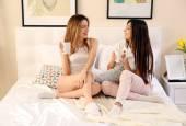 Két lányok beszélgetni, és ivott tea