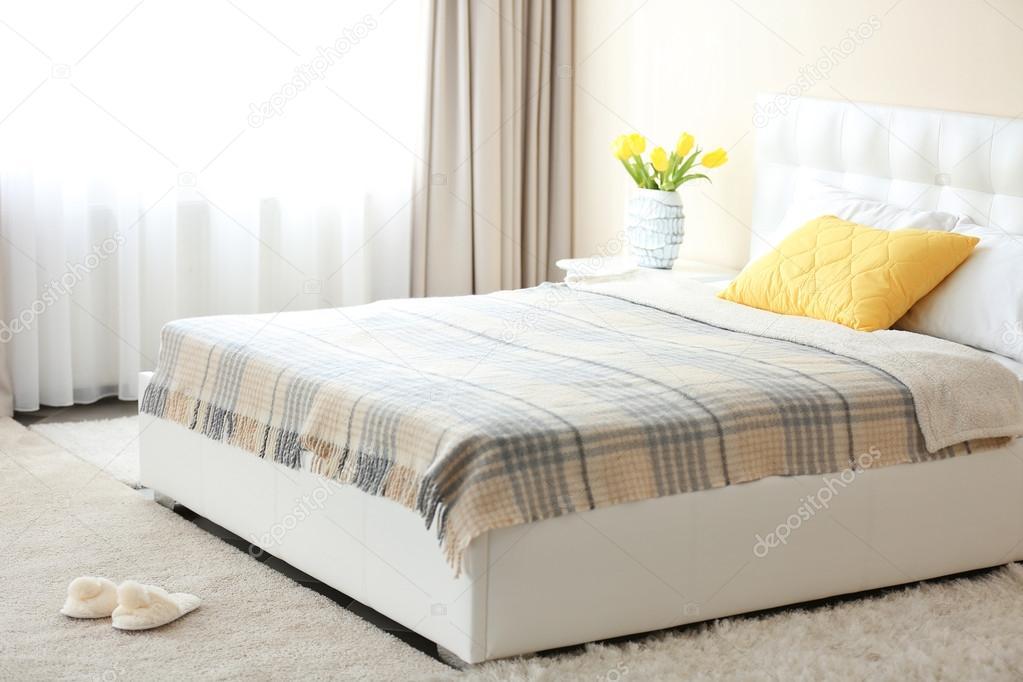 Kleuren Voor Slaapkamer : Slaapkamer interieur in lichte kleuren u stockfoto belchonock