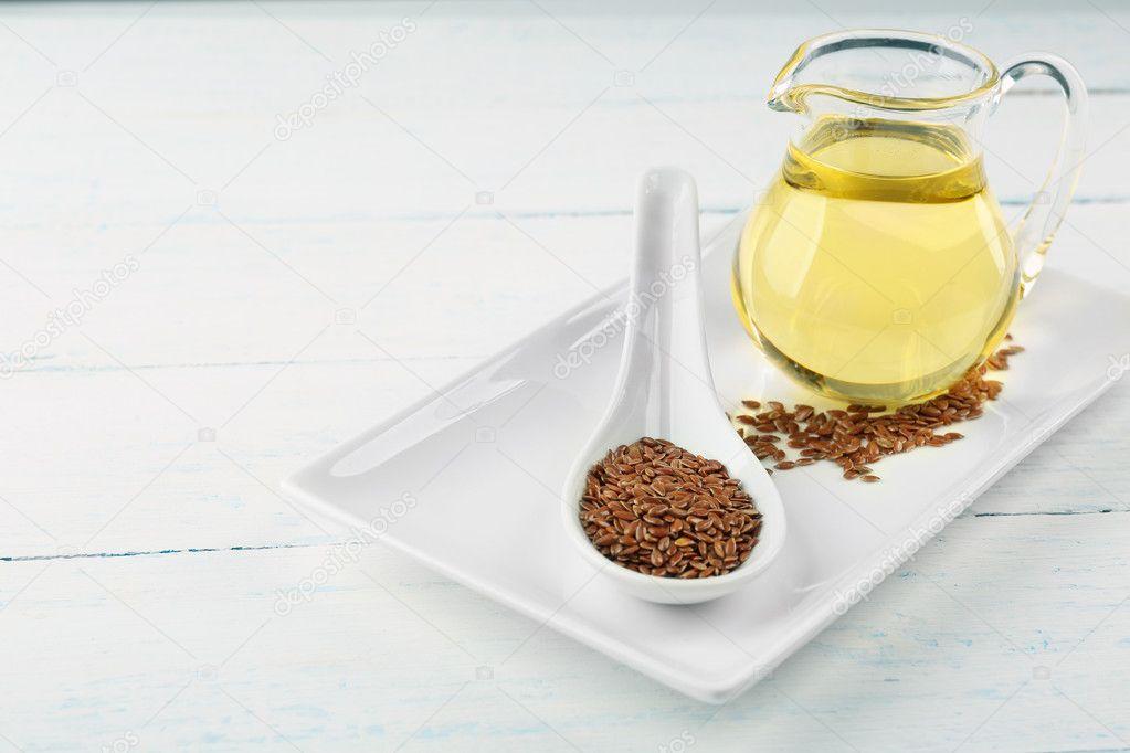 Leinsamen und Öl auf Holztisch — Stockfoto © belchonock ...