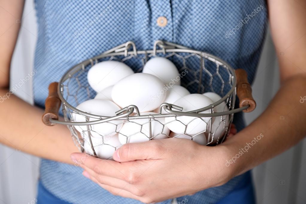 Яйца в руках женщины 13