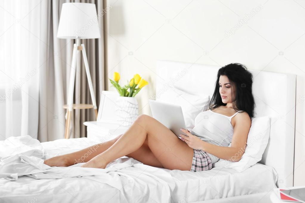 Дрочит член женщина в постели картинки секс безопасные
