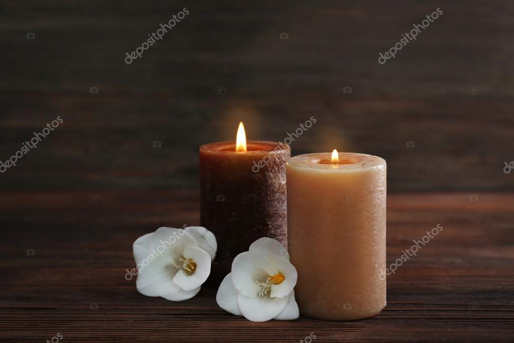 Famoso Fiori con le candele accese — Foto Stock © belchonock #104840082 IF73