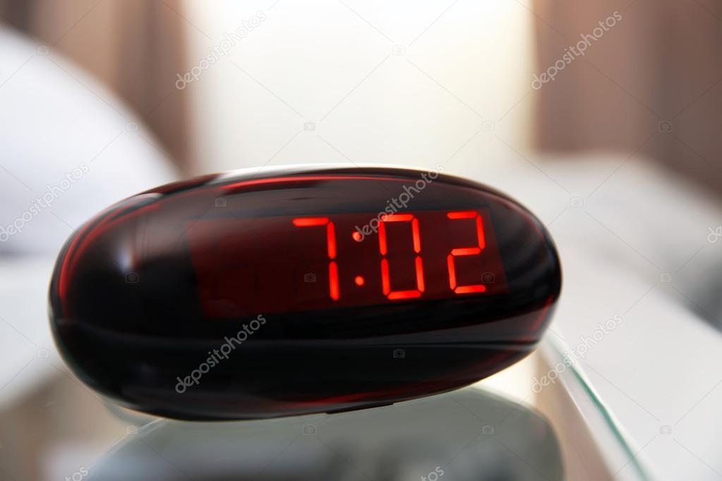 Digitale klok in slaapkamer — Stockfoto © belchonock #105080256