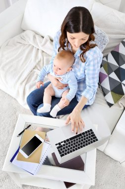 Güzel bir kadınla erkek bebek