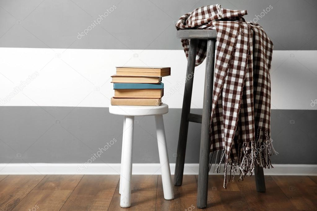 Libri su sgabello in legno e caldi plaid u foto stock belchonock