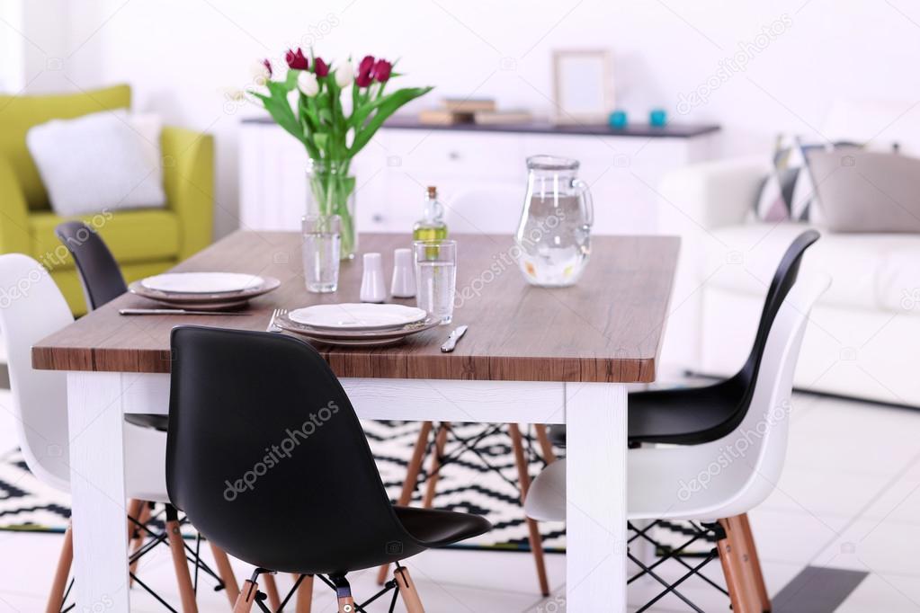 Moderne Wohnzimmer. Möbel Set Mit Tisch Und Stühlen. Bouquet Von Schönen  Lila Tulpen