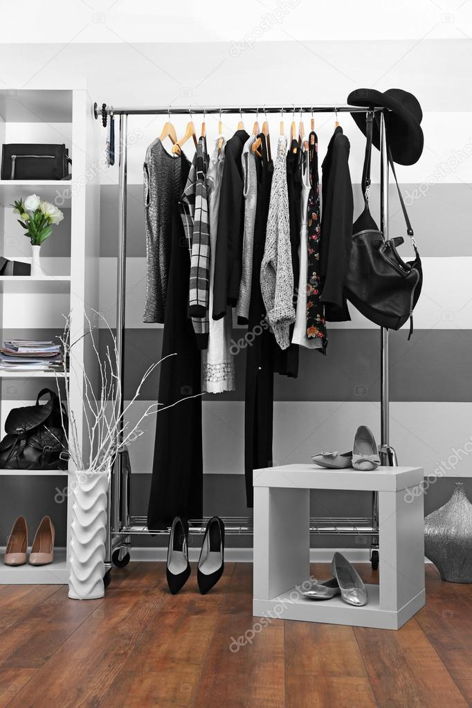 d9dcc08538 Γυναικεία ρούχα σε κρεμάστρες σε ένα δωμάτιο — Εικόνα από belchonock