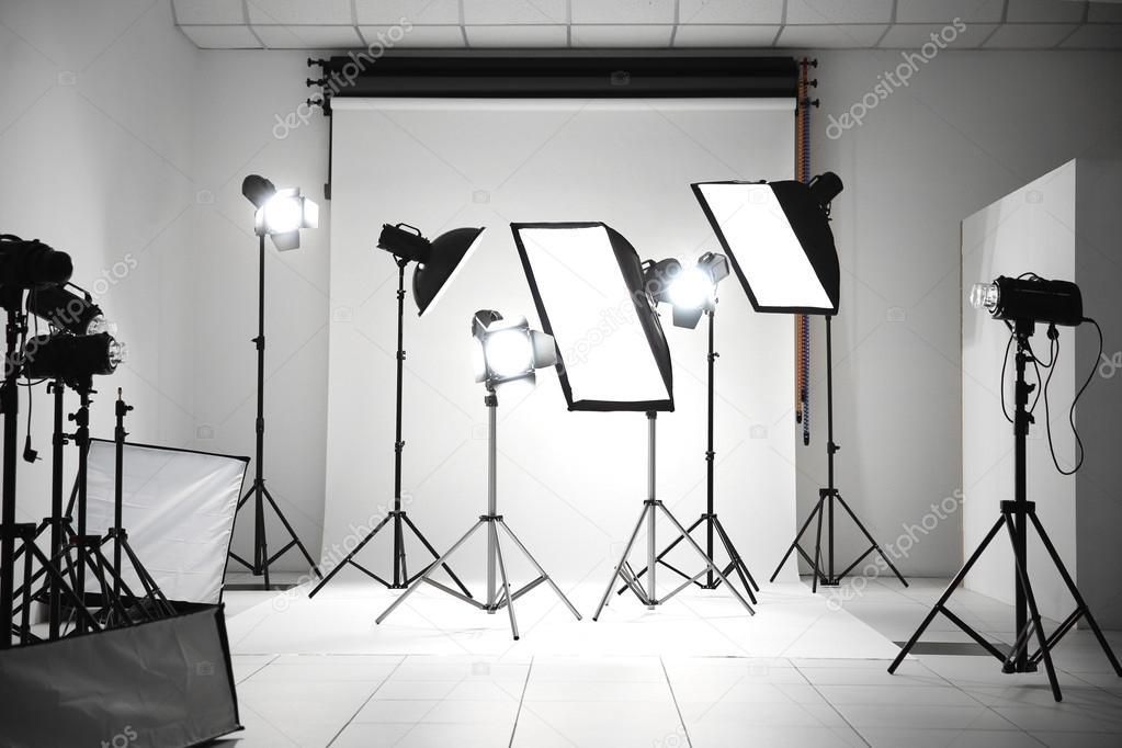Illuminazione Studio Fotografico : Studio fotografico con apparecchi di illuminazione u foto stock