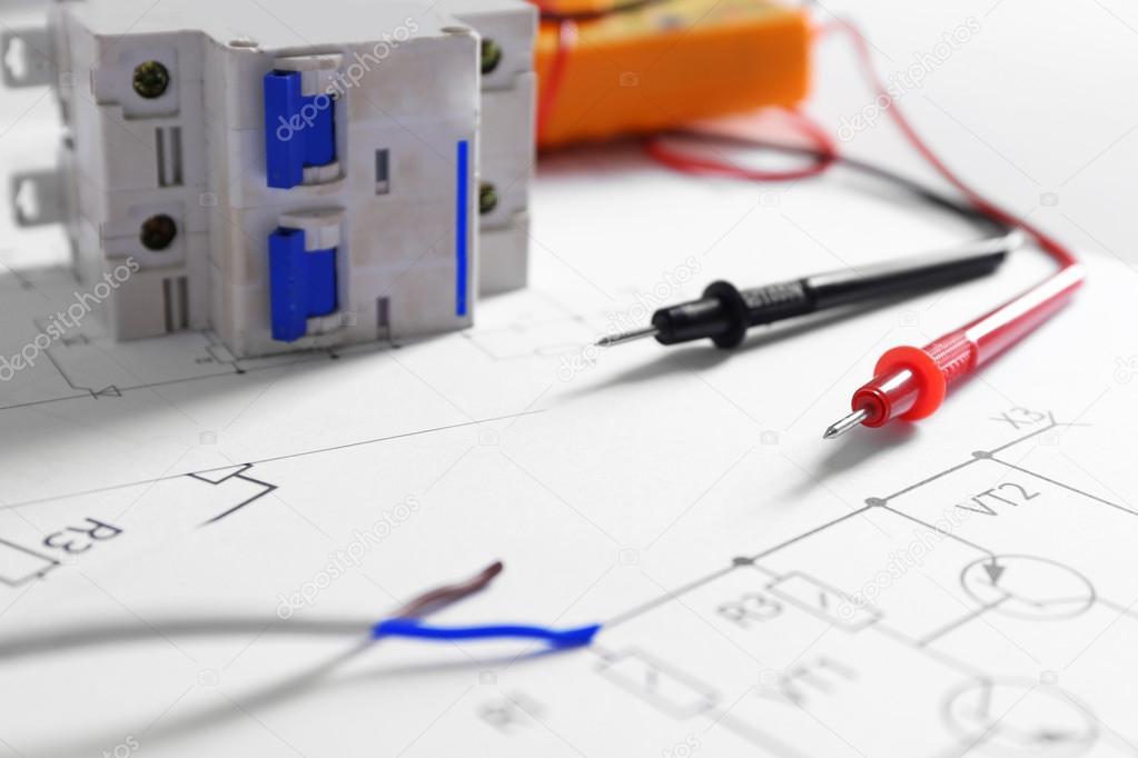 Schemi Elettrici Free : Schemi elettrici con strumenti u2014 foto stock © belchonock #109709308