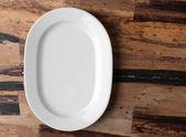 Prázdný talíř na dřevěné