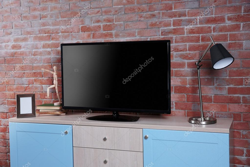 Grote Tv Kast : Grote houten kast en tv u2014 stockfoto © belchonock #110564662
