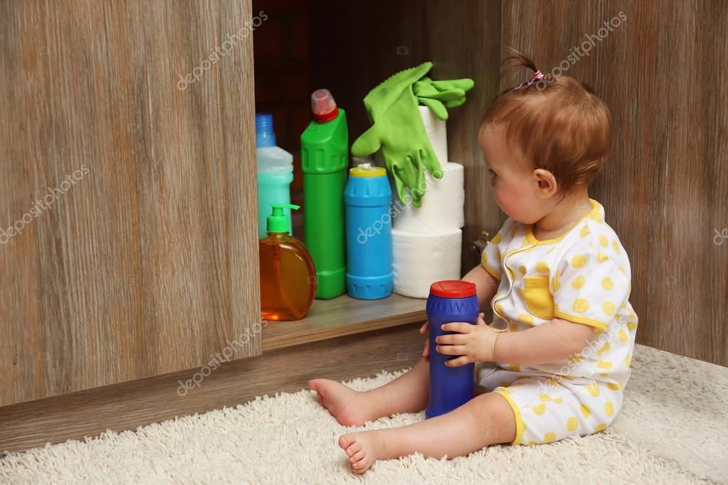 household safety preventing poisoning for parents - HD5000×3333