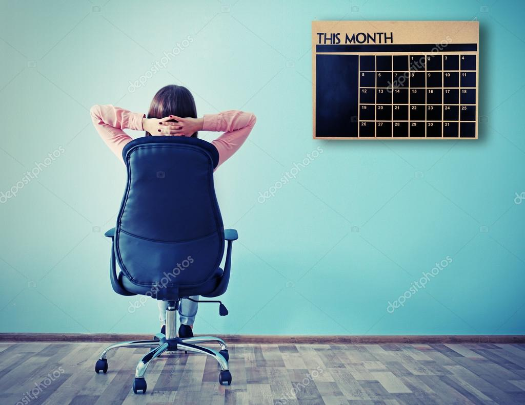 Mujer sentada hacia atrás en la silla de oficina — Foto de stock ... e2457121d33c