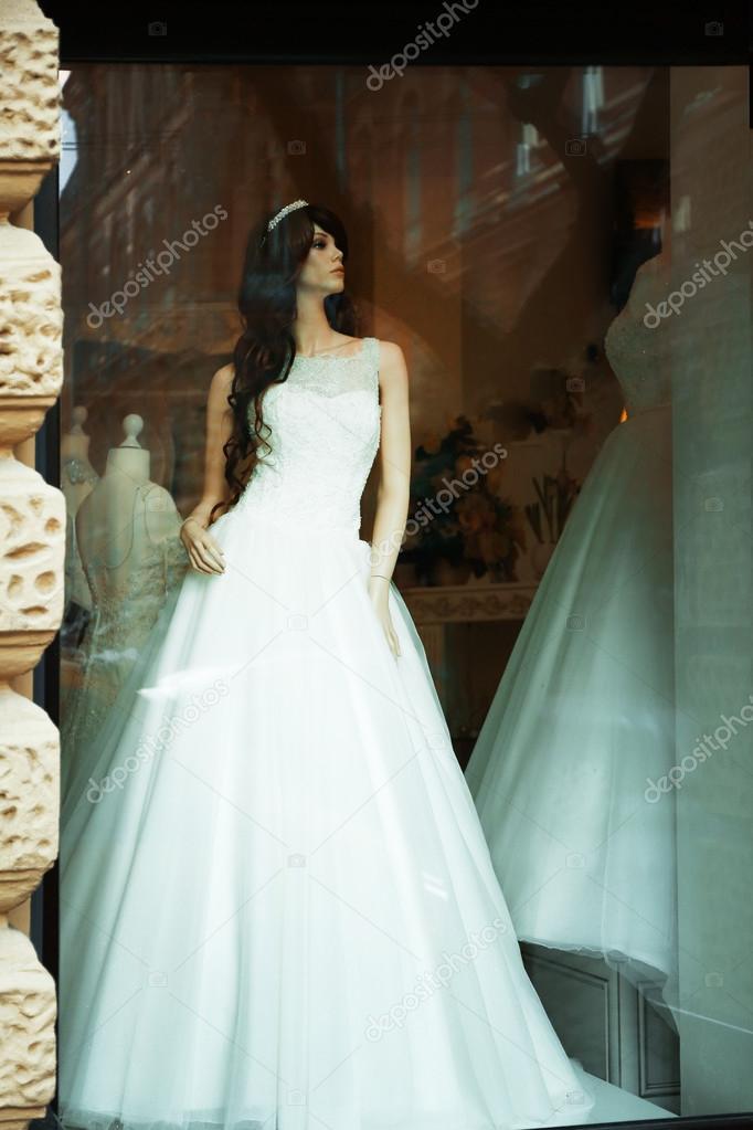 593610e96e3 Blanco vestido de Novia de maniquí en un escaparate– Imagen de Archivo