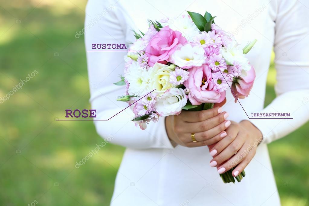 boeket met bloemen namen in handen — stockfoto © belchonock #113616546