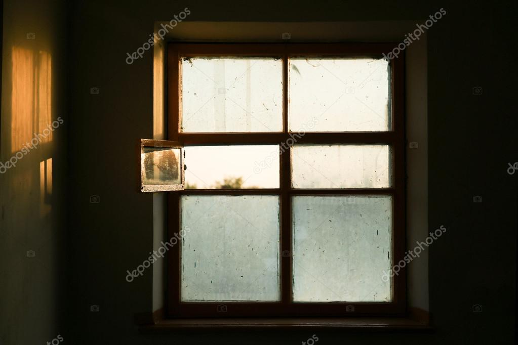 Alte Fenster im Zimmer — Stockfoto © belchonock #114369986