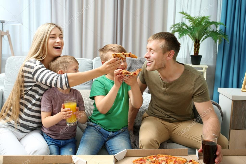 family eating pizza - 1140×570