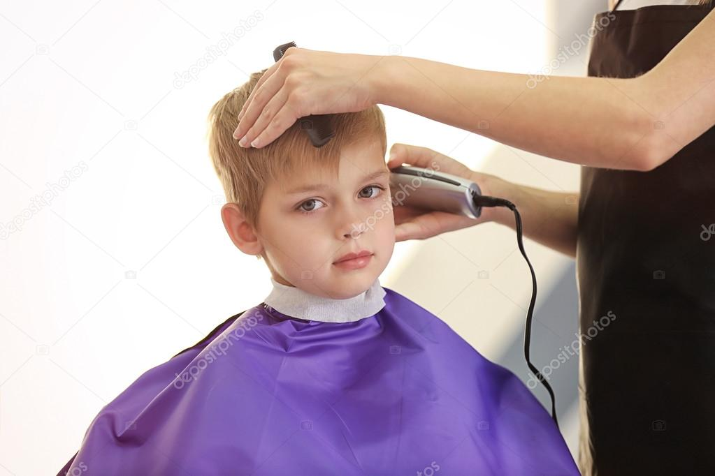 friseur macht frisur für kind — stockfoto © belchonock