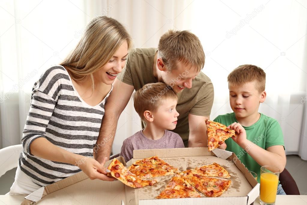 Familia Feliz Comiendo Pizza