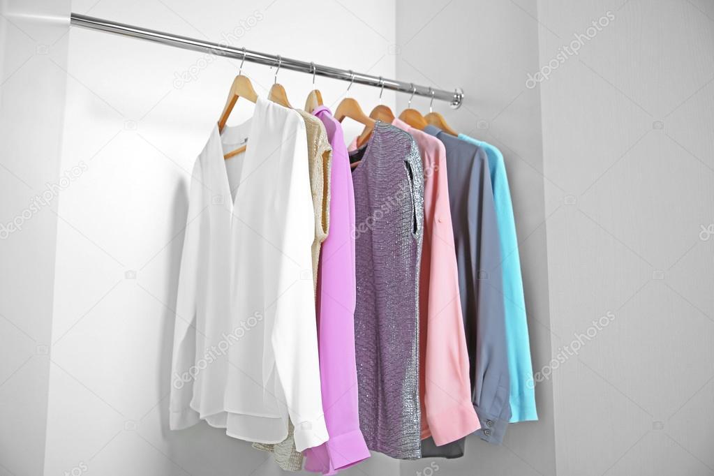 4891be12284f Γυναικεία ρούχα στην ντουλάπα — Φωτογραφία Αρχείου © belchonock ...