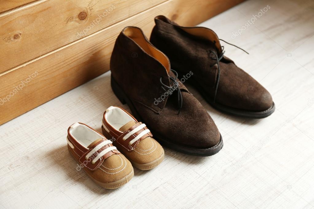 46b052313 Sapatos grandes e pequenos — Stock Photo © belchonock  117237846