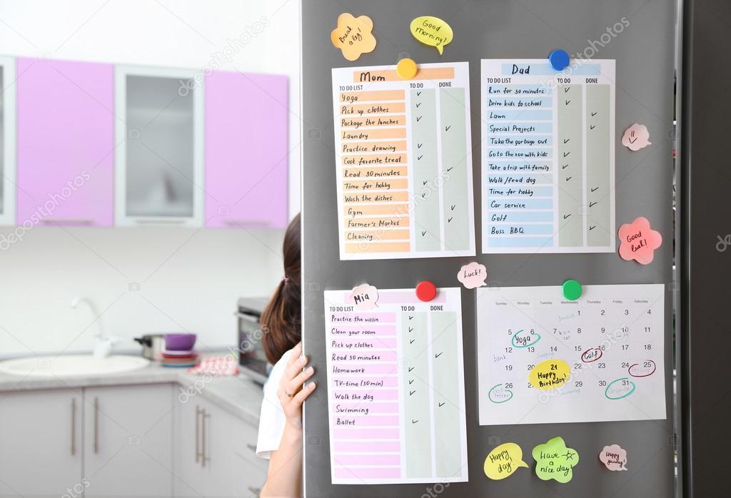 Kühlschrank Kalender : To do listen auf kühlschrank u stockfoto belchonock