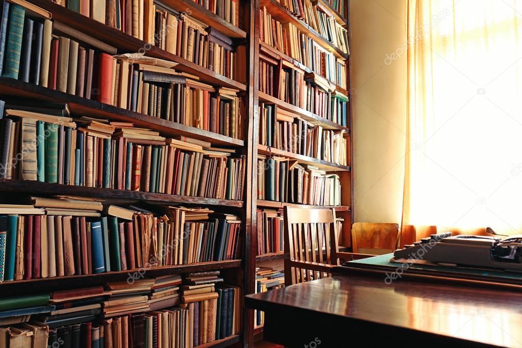 Oude boekenkast in bibliotheek — Stockfoto © belchonock #118765064
