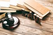 Slovo zákon s soudci kladívko