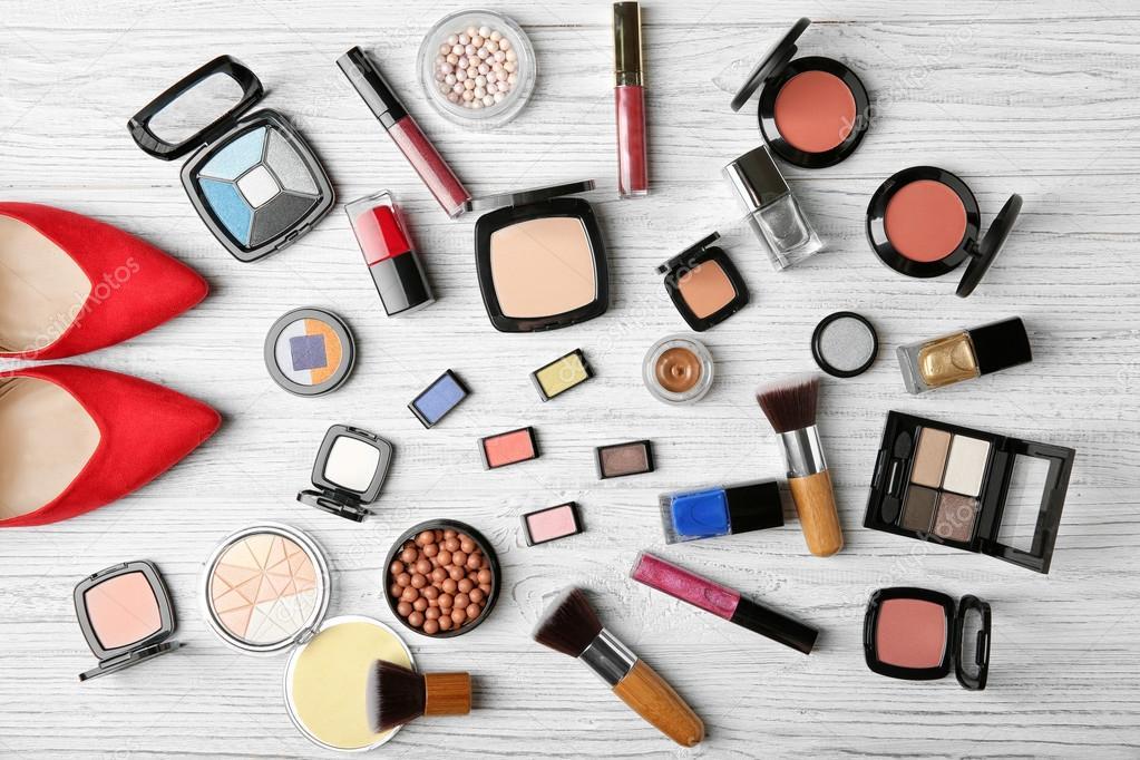 36e63719e Produtos de maquiagem, pincéis e sapatos femininos — Fotografia de Stock